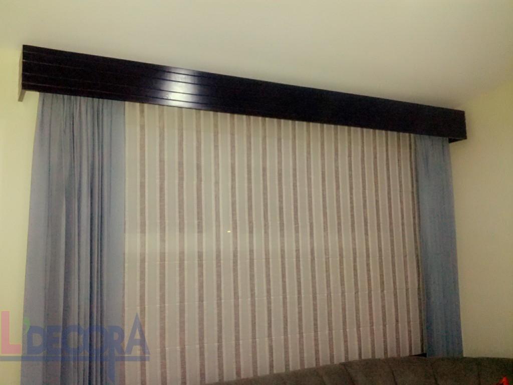 Es un diseño moderno y a la vez sobrio, nos puede brindar un espacio muy formal como informal dependiendo del grosor que se elija la cenefa de madera.